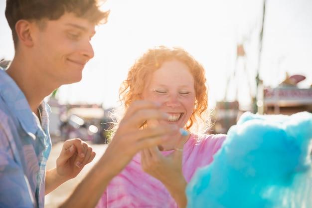 Zwei spielende freunde beim essen der zuckerwatte