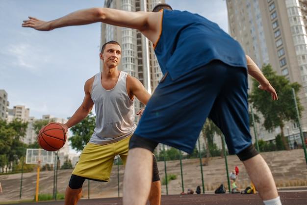 Zwei spieler in der mitte des basketballfeldes
