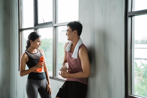 Zwei sportpaare unterhalten sich gerne während des trainings