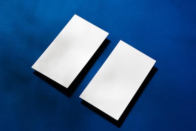 Zwei stapel leere visitenkarten auf blauem hintergrund