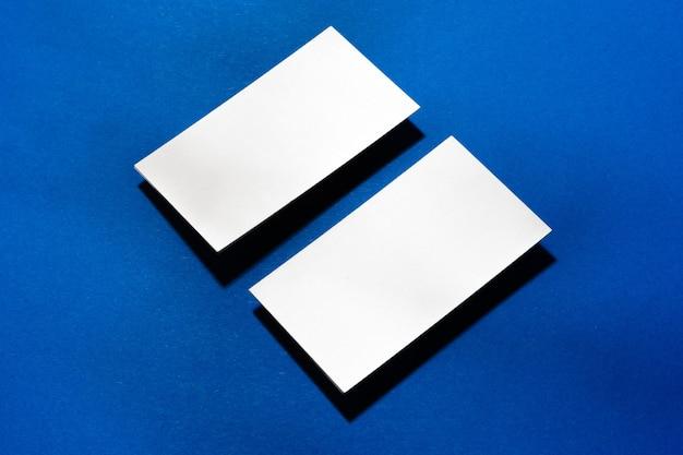 Zwei stapel leere visitenkarten auf blauer oberfläche