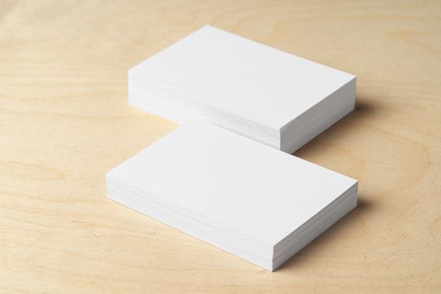 Zwei stapel leere visitenkarten auf dem tisch