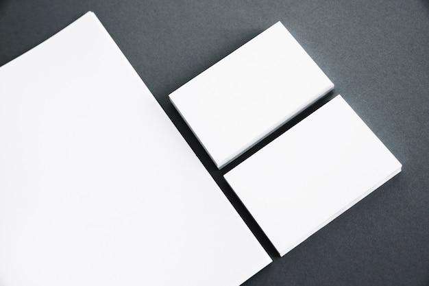 Zwei stapel visitenkarten neben papier