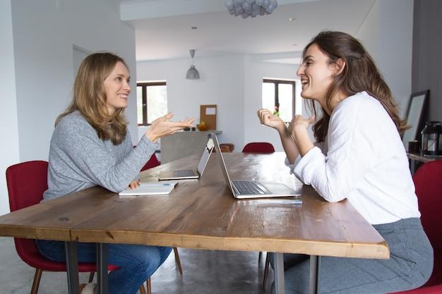 Zwei startgeschäftsfrauen, die projekt besprechen