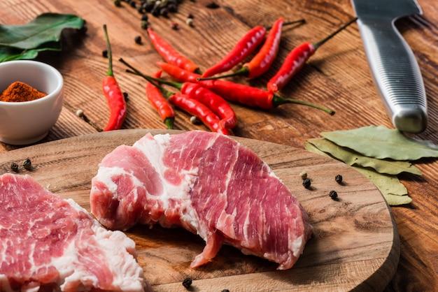 Zwei steaks mit chili, cayennepfeffer und pfefferkörnern