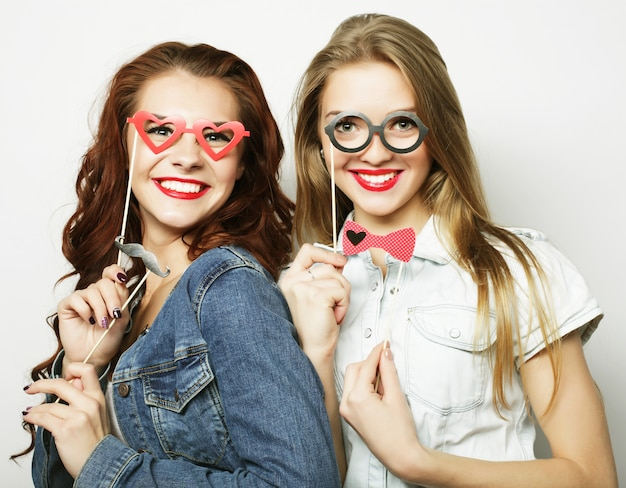 Zwei stilvolle sexy hipster-mädchen beste freunde bereit für die party