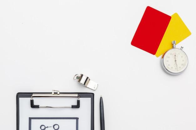 Zwei strafkarten und ein pfiff für den schiedsrichter