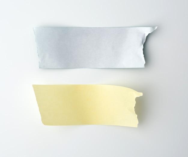 Zwei streifen klebriges papier auf einem weißen raum