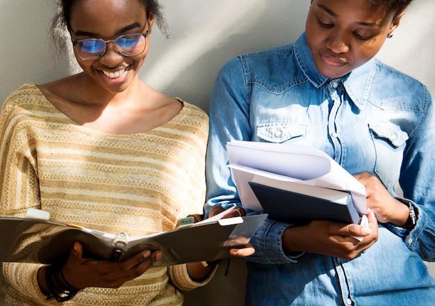Zwei studenten, die zusammen studieren