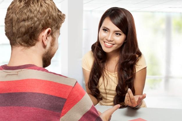 Zwei studenten diskutieren, lernen zusammen