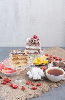 Zwei stück kuchen mit zuckerhaltiger marmelade auf sackleinen.
