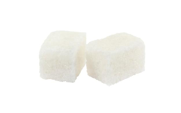 Zwei stücke raffinierter zucker nahaufnahme lokalisiert auf weiß