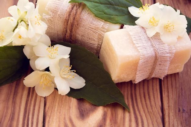 Zwei stücke trockene weiße seife mit jasmin