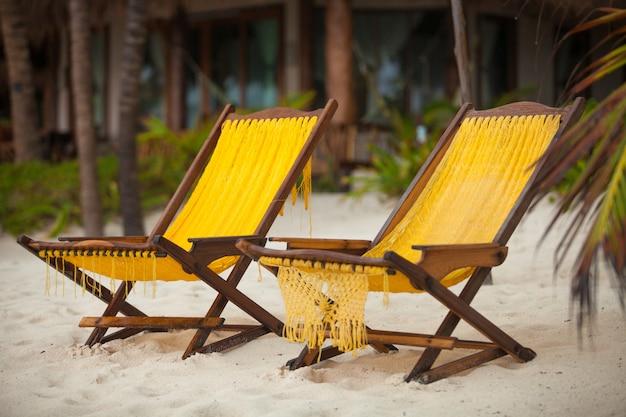 Zwei stühle auf perfektem tropischem weißem sand setzen in tulum, mexiko auf den strand