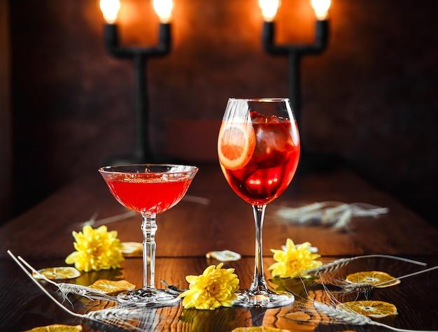 Zwei süße cocktails auf dem verzierten hintergrund