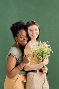 Zwei süße liebevolle freundinnen, die in die kamera schauen