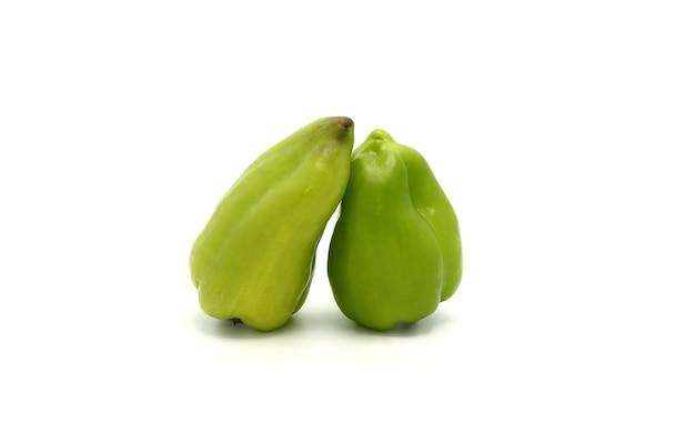 Zwei süße paprikaschoten der grünen farbe auf einem hellen hintergrund. natürliches produkt. natürliche farbe. nahansicht.