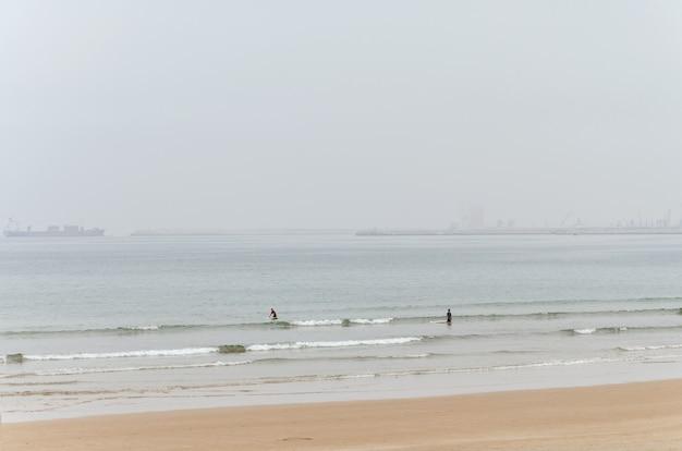Zwei surfer, um die wellen zu reiten