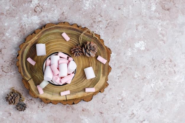 Zwei tasse heiße schokolade mit marshmallow auf dem tisch