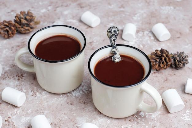 Zwei tasse heiße schokolade mit marshmallow auf licht