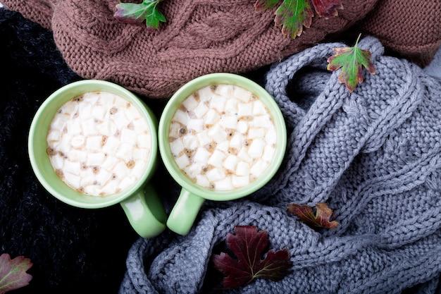 Zwei tasse kaffee nahe gestrickt