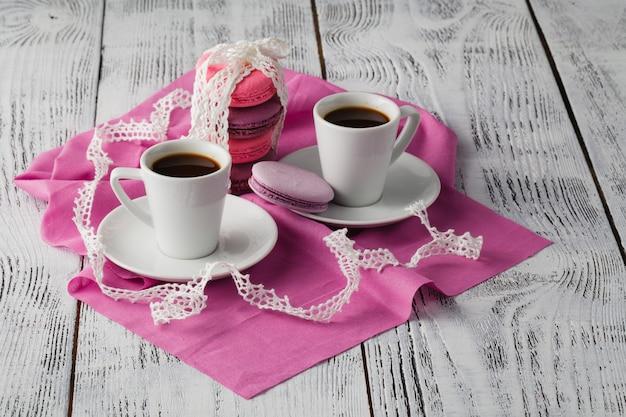 Zwei tasse kaffees auf holztisch