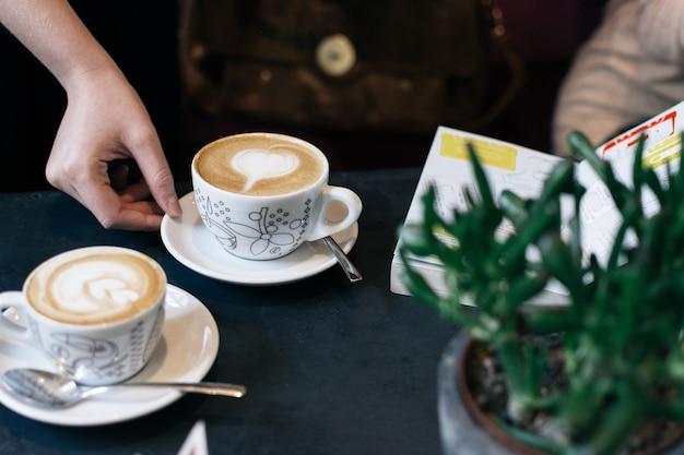 Zwei tassen cappuccino im café