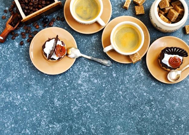 Zwei tassen espresso und kleines gebäck. draufsicht, exemplar