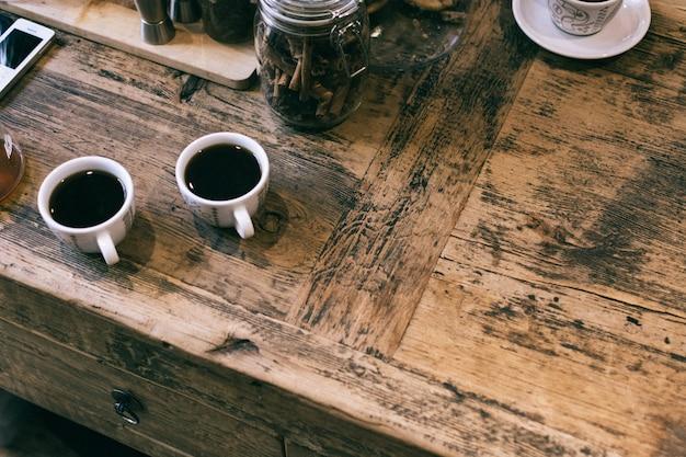 Zwei tassen gebrühten kaffee