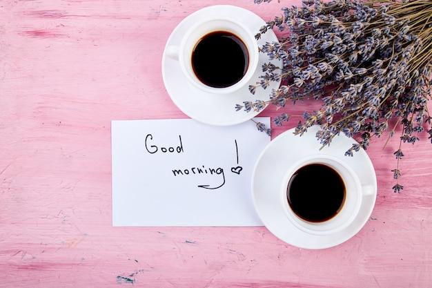 Zwei tassen kaffee mit blumenstrauß lavendel