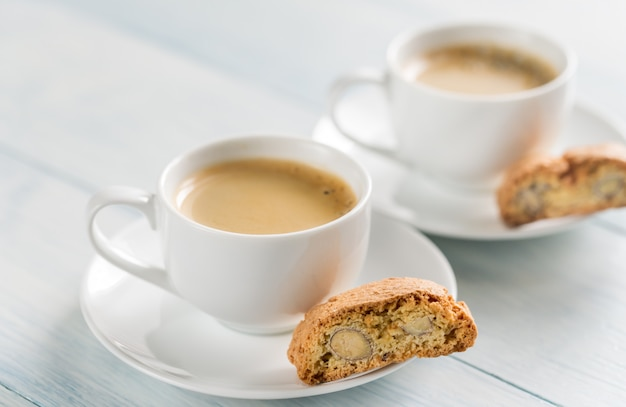 Zwei tassen kaffee mit cantuccini