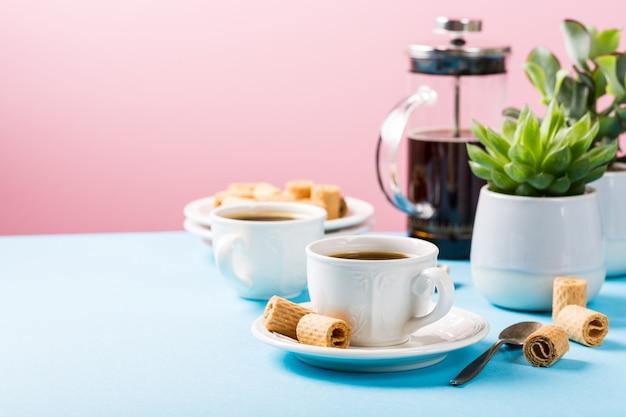 Zwei tassen kaffee mit oblatenrollen