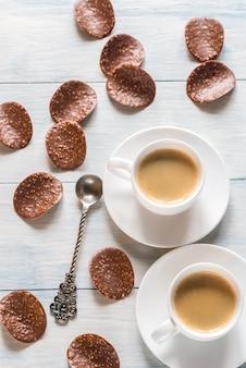 Zwei tassen kaffee mit schokoladenstückchen