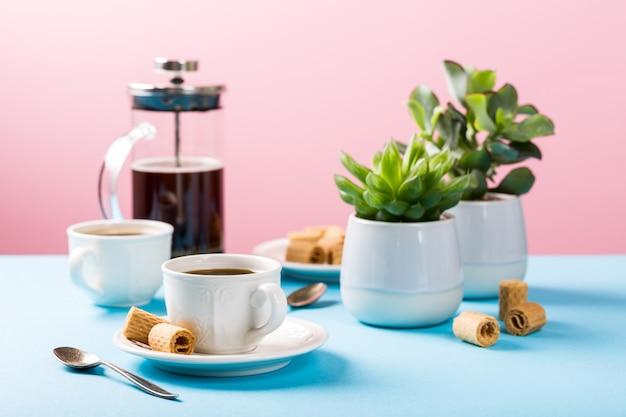 Zwei tassen kaffee mit waffelrollen