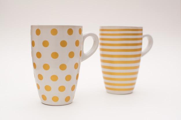Zwei tassen kaffee stehen zusammen. tassen für kaffee mit einem muster in form von kreisen und streifen