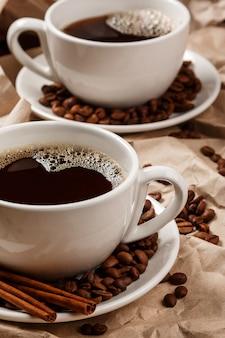 Zwei tassen kaffee über zerknittertes papier