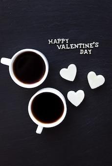 Zwei tassen kaffee und süßigkeiten in einem herzen happy valentine