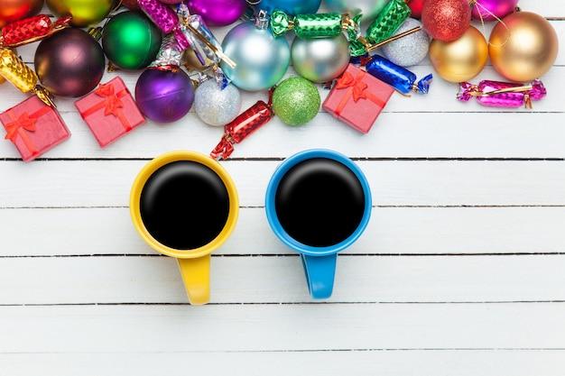 Zwei tassen kaffee und weihnachtsgeschenke.