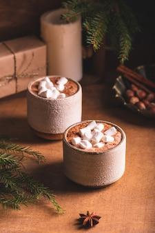 Zwei tassen kakao für winterabende Premium Fotos