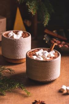 Zwei tassen kakao für winterabende