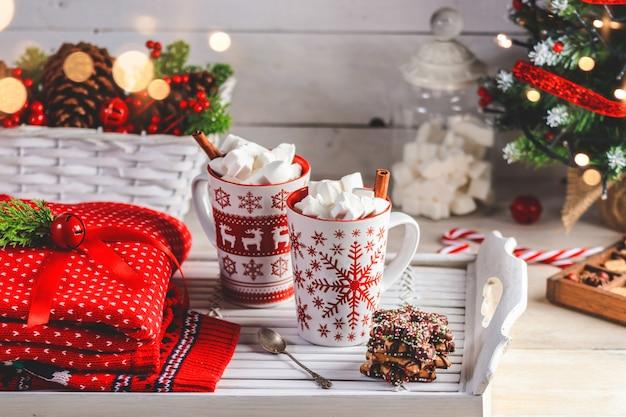 Zwei tassen mit heißem getränk und marshmallows auf der oberseite.
