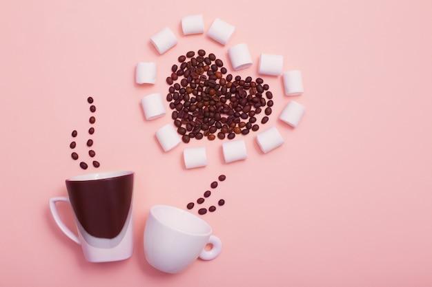 Zwei tassen mit kaffeebohnen in form eines herzens