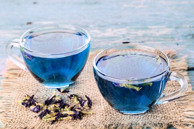 Zwei tassen schmetterlingserbsentee (erbsenblumen, blaue erbse) für gesundes trinken