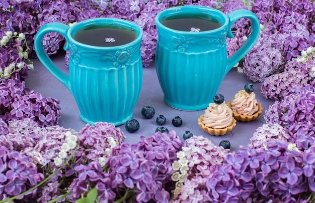 Zwei tassen tee und zwei kuchen