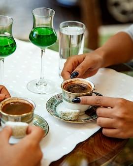Zwei tassen türkischen kaffee mit köstlichkeiten