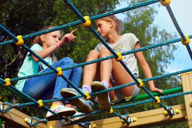 Zwei teenager der besten freundinnen unterhalten sich