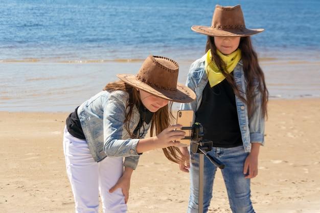 Zwei teenager-mädchen machen an einem sonnigen tag ein selfie..