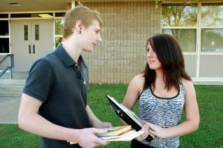 Zwei teenager reden