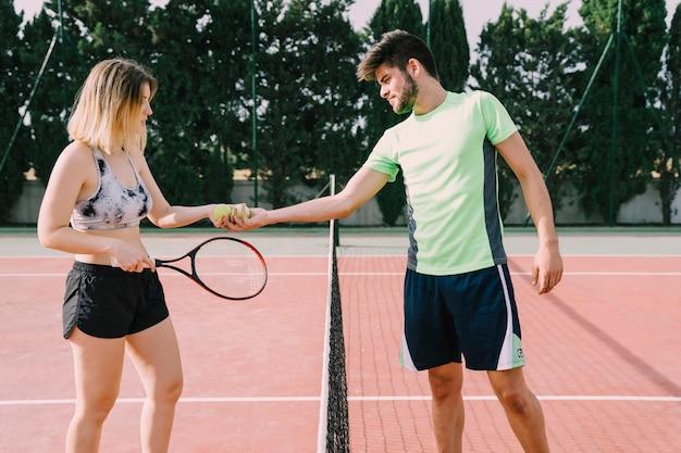 Zwei tennisspieler schütteln sich die hände