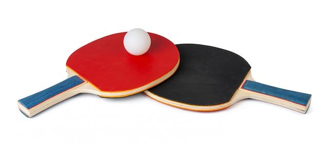Zwei tischtennisschläger isoliert auf weißer oberfläche